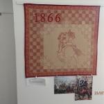 """Quilt Magdy Chroustovské """"1866"""", motiv je vybrán z obrazu V. Sochora Srážka jízy u Střezetic. V červenci 1866 se u Střezetic střetlo na 15 tisíc jezdců pruské a rakouské armády a během půl hodiny bylo zabito více  než 1600 vojáků a padlo více než 2000 koní"""