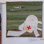 """Quilt Anny Králíkové """"Po prvé"""" - v roce 1866 po bitvě u Hradce Králové poprvé začal pracovat Červený kříž, který byl založen o tři roky dříve."""
